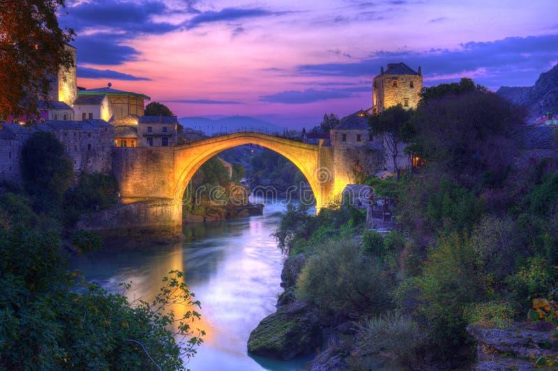 Gammal bro i Mostar, Bosnien och Hercegovina, över den Neretva floden arkivfoto