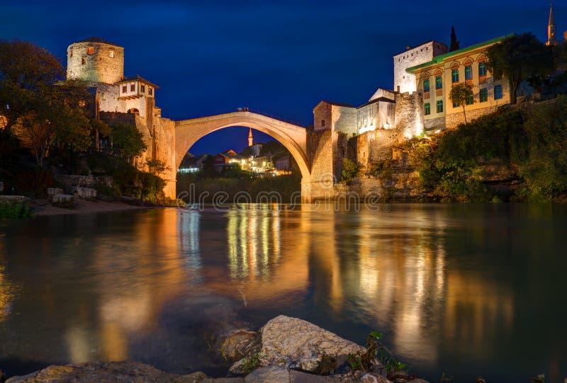 Gammal bro i Mostar, Bosnien och Hercegovina, över den Neretva floden royaltyfria foton