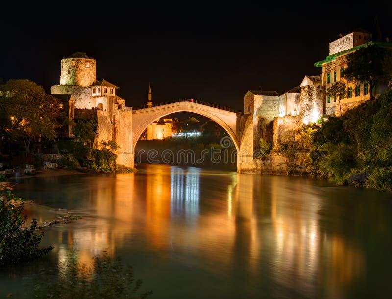 Gammal bro i Mostar, Bosnien och Hercegovina, över den Neretva floden royaltyfri fotografi