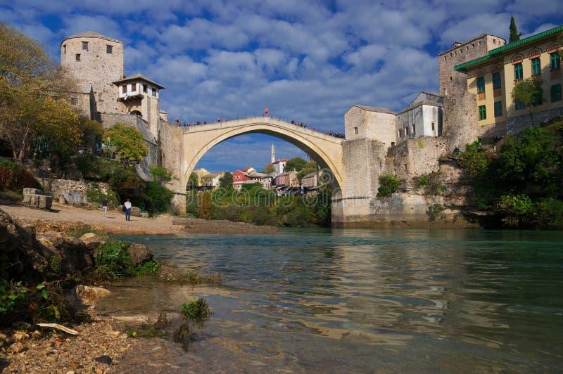Gammal bro i Mostar, Bosnien och Hercegovina, över den Neretva floden arkivbild
