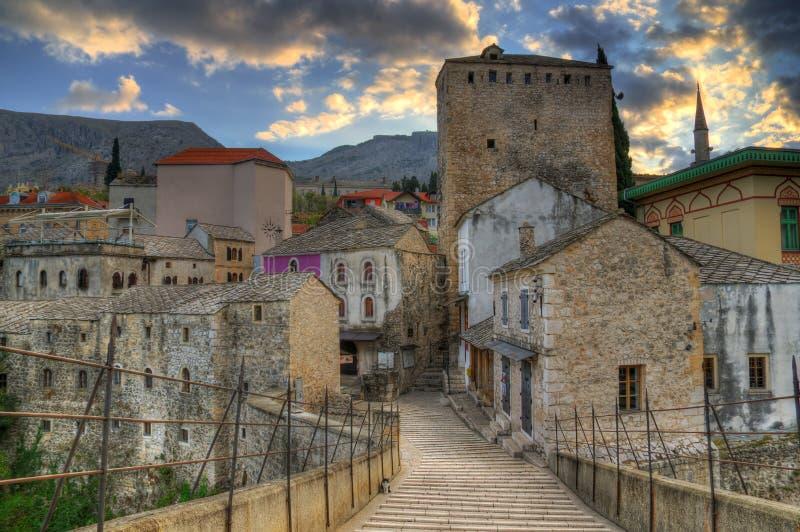 Gammal bro i Mostar, Bosnien och Hercegovina, över den Neretva floden - torn Tara arkivfoto