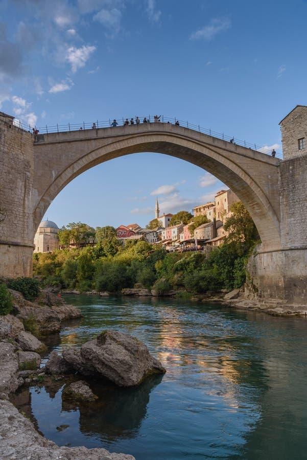 Gammal bro i Mostar i Bosnien och Hercegovina royaltyfria foton