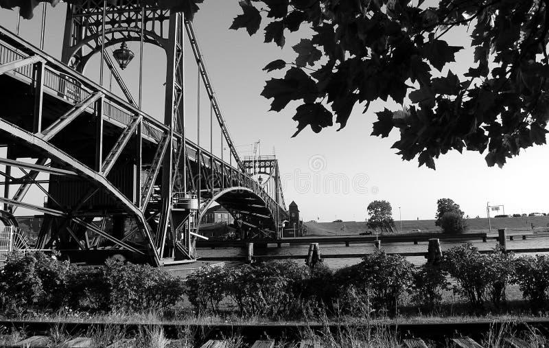 Gammal bro i sommartid - Alte Drehbrà ¼cke von Wilhelmshaven arkivfoton
