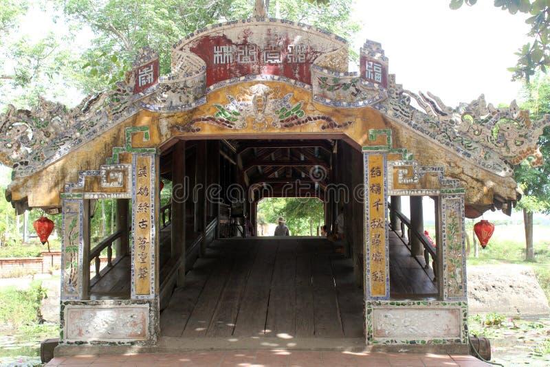 Gammal bro i Vietnam arkivfoton