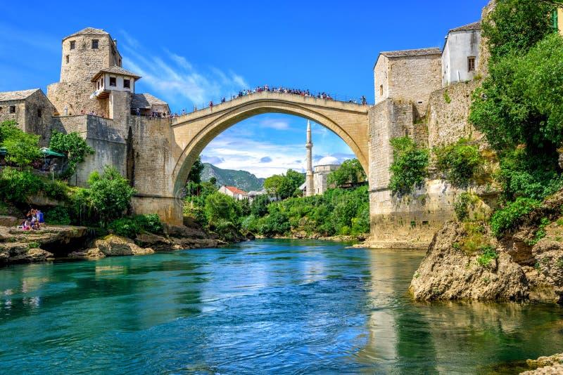 Gammal bro och moské i den gamla staden av Mostar, Bosnien fotografering för bildbyråer