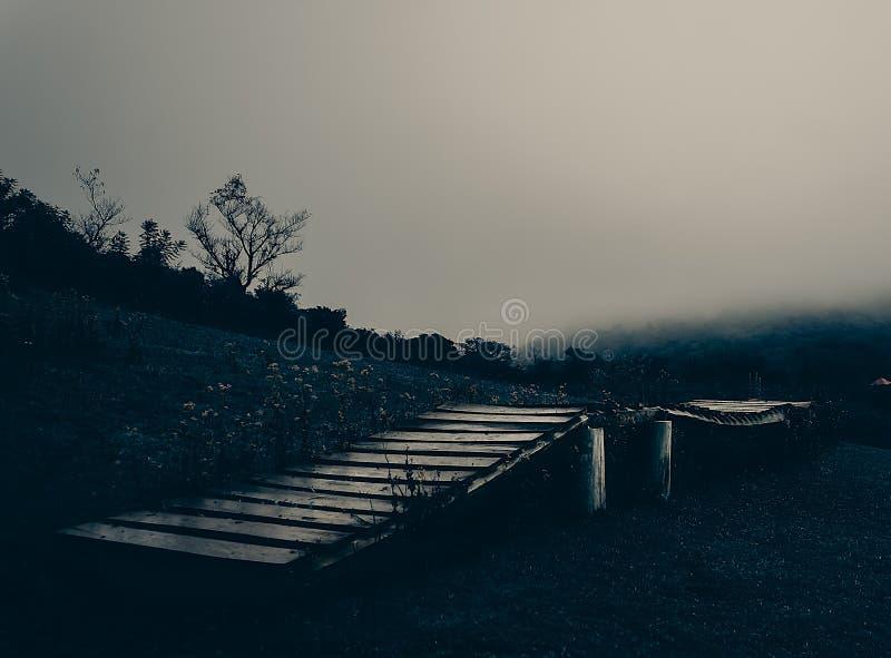 Gammal bro p? ett berg royaltyfri foto