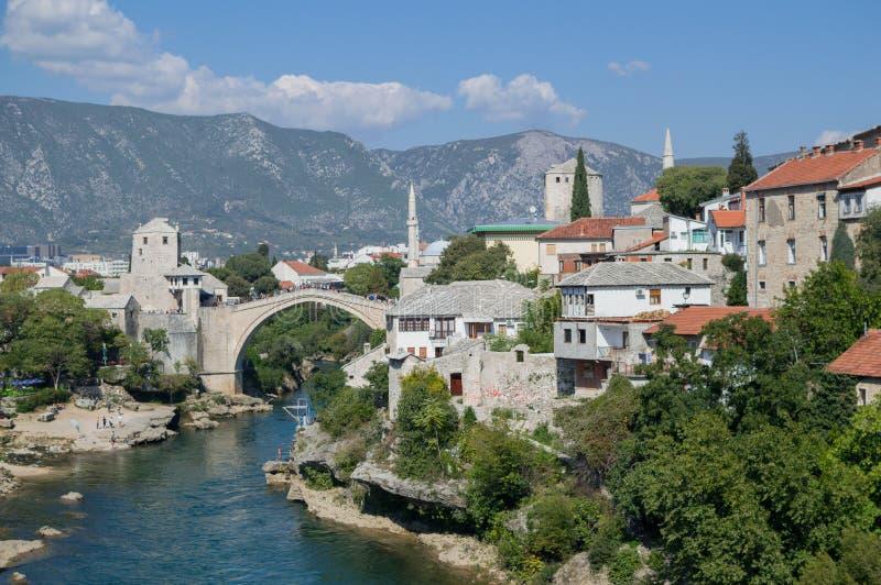 Gammal bro Stari mest, Neretva flod och gammal stad i Mostar arkivfoton