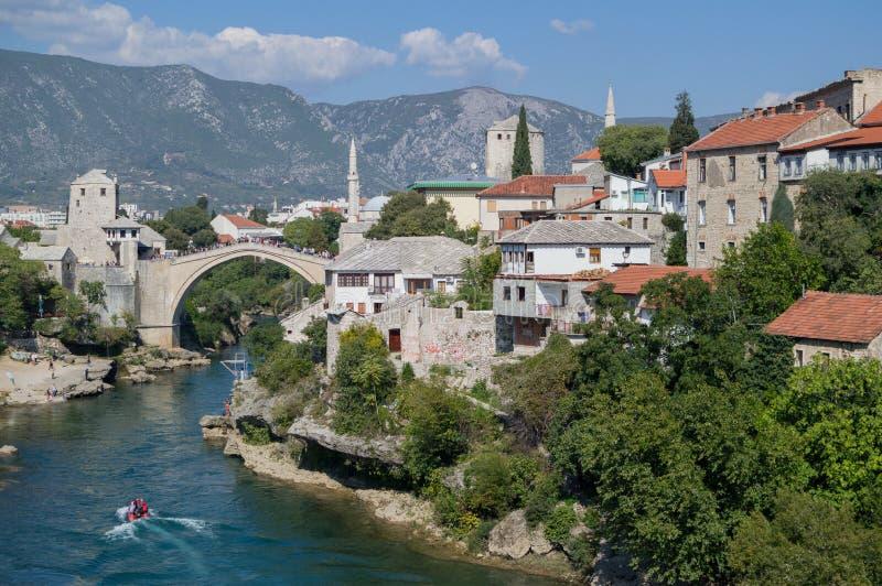 Gammal bro Stari mest, Neretva flod och gammal stad i Mostar royaltyfria foton