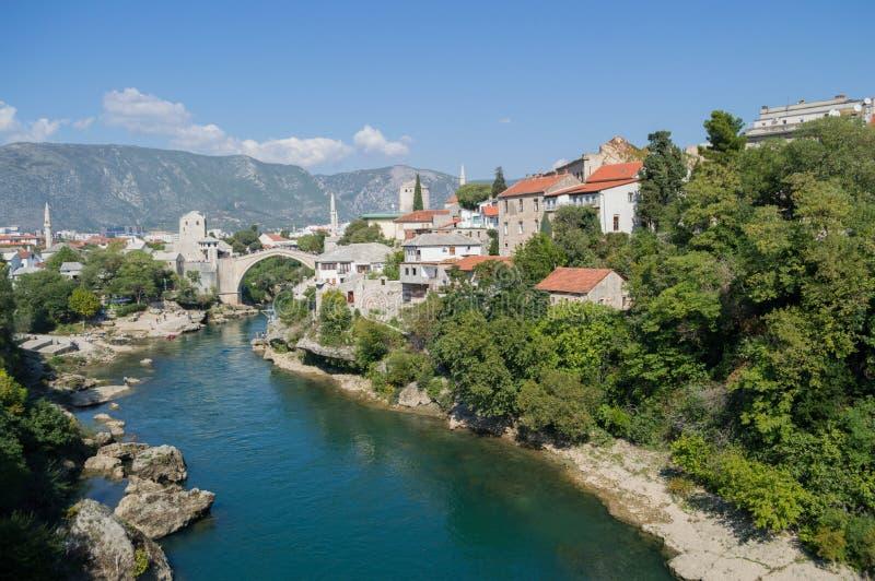 Gammal bro Stari mest, Neretva flod och gammal stad i Mostar royaltyfri foto