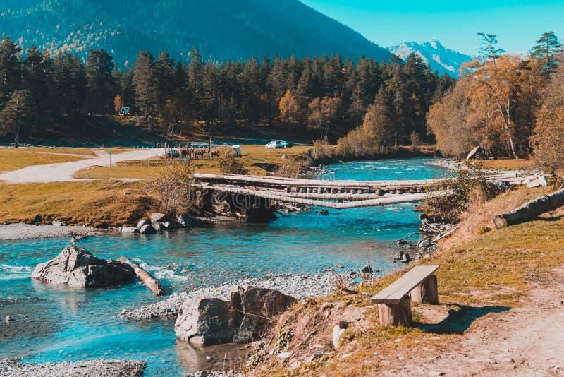 Gammal bro ?ver floden i bygden arkivbild
