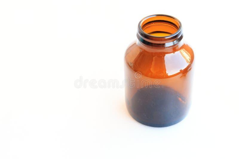 Gammal brun glass medicinflaska som isoleras på vit royaltyfri foto