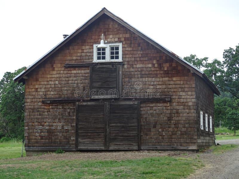 Gammal brun ladugård arkivbild