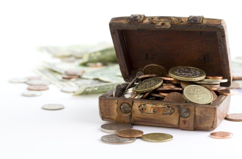Gammal brun resväska full av pengar royaltyfri bild