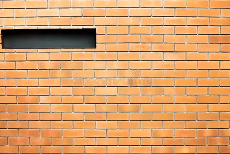 Gammal brun tegelsten i betongvägg i sömlösa modeller textur och fönster för bakgrund arkivfoton