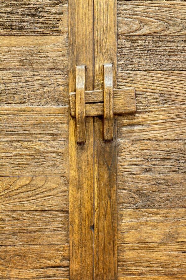 Gammal brun trädörr arkivbilder