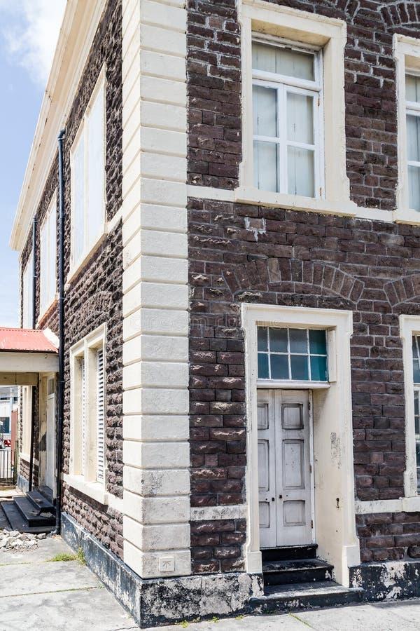 Gammal brunt- och vitstenbyggnad royaltyfri fotografi