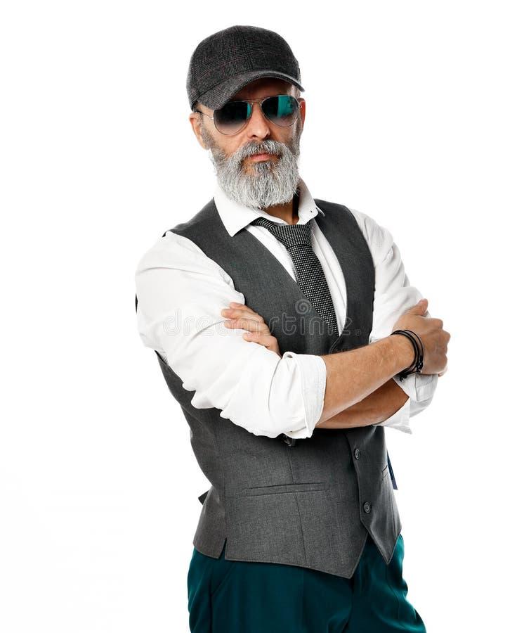 Gammal brutal hög miljonärman i vit skjortaflygaresolglasögon och gråa lockställningar med korsade stilfulla trendiga män för arm royaltyfri bild
