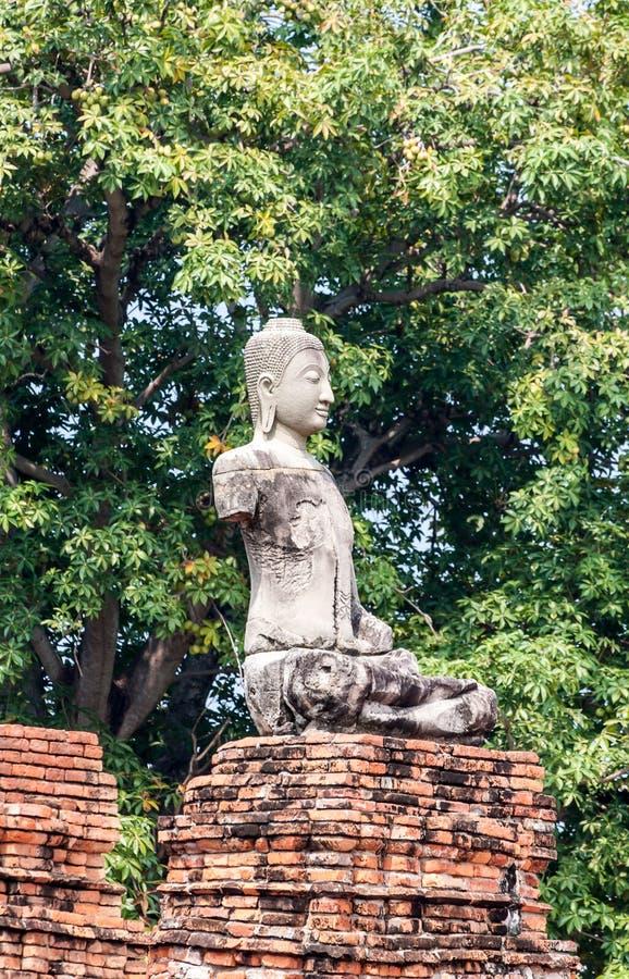 Gammal buddha staty på Wat Chaiwatthanaram, i staden av Ayuttha royaltyfria foton