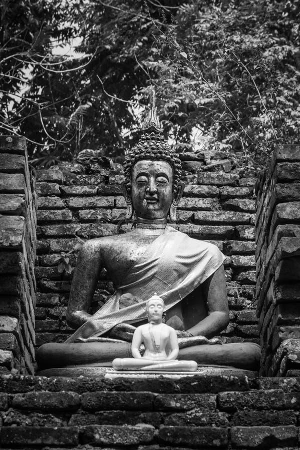 Gammal Buddhastaty på Wat Chet Yod, tempel för sju pagod i Chiang Mai, Thailand Wat Chet Yod var platsen av den åttonde världsbud arkivfoto
