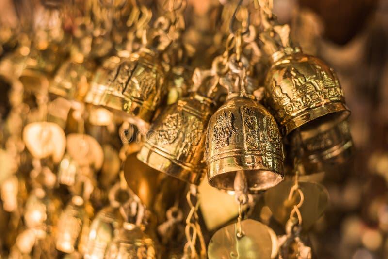 Gammal buddistisk antik mässingsklocka arkivbilder
