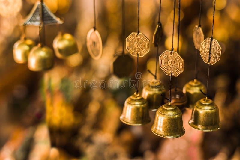 Gammal buddistisk antik mässingsklocka arkivfoton