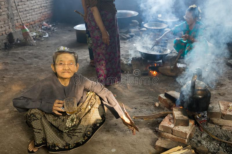 Gammal Burmese dam som dricker te royaltyfri bild