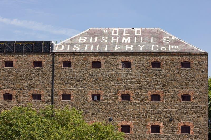 Gammal Bushmills spritfabrikfabrik. Nordligt - Irland fotografering för bildbyråer