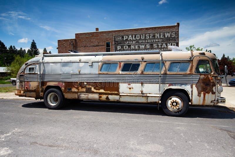 Gammal buss på gatan royaltyfri foto