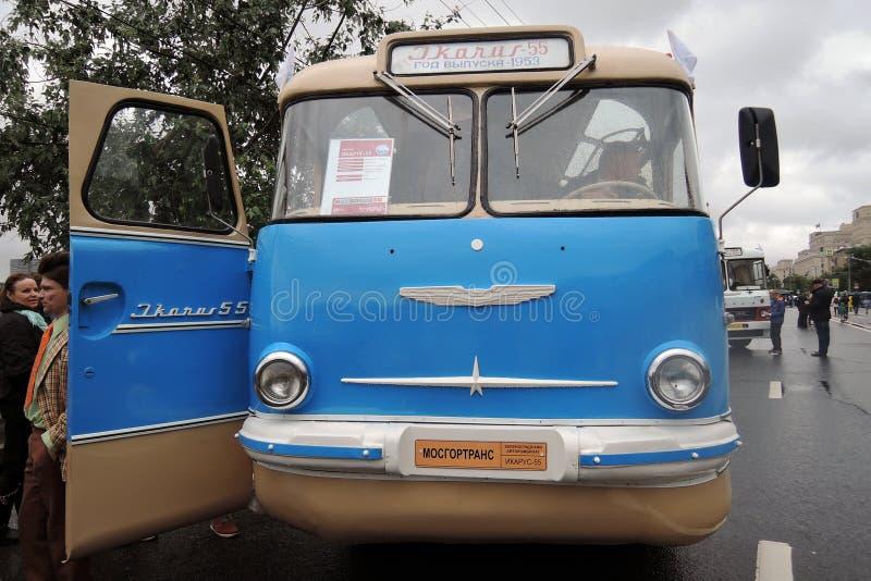 Gammal buss som visas på beröm för Moskvatransportdag arkivfoto