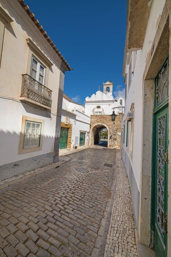 Gammal bygata i Faro, Algarve, Portugal arkivbild