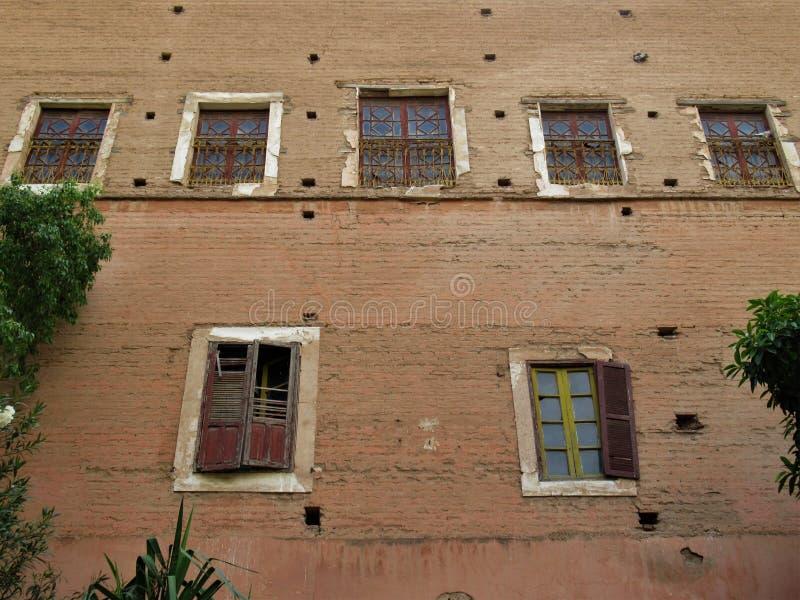 Gammal byggande fasad i Marrakesh arkivbilder