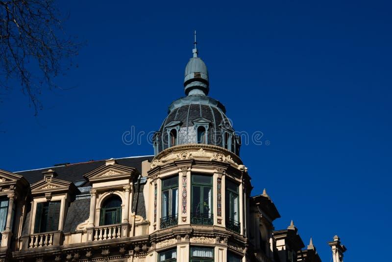 Gammal byggande fasad och kupol i Bilbao fotografering för bildbyråer