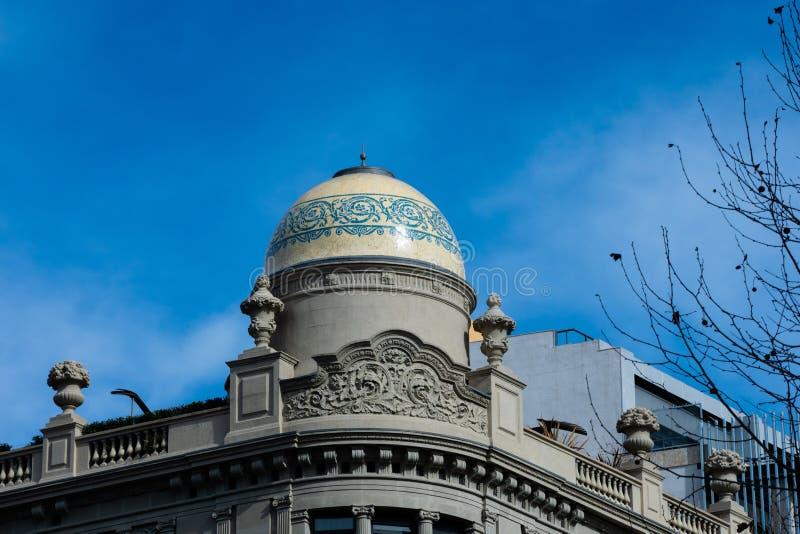 Gammal byggande fasad på Passeig de Gracia Avenue royaltyfria bilder
