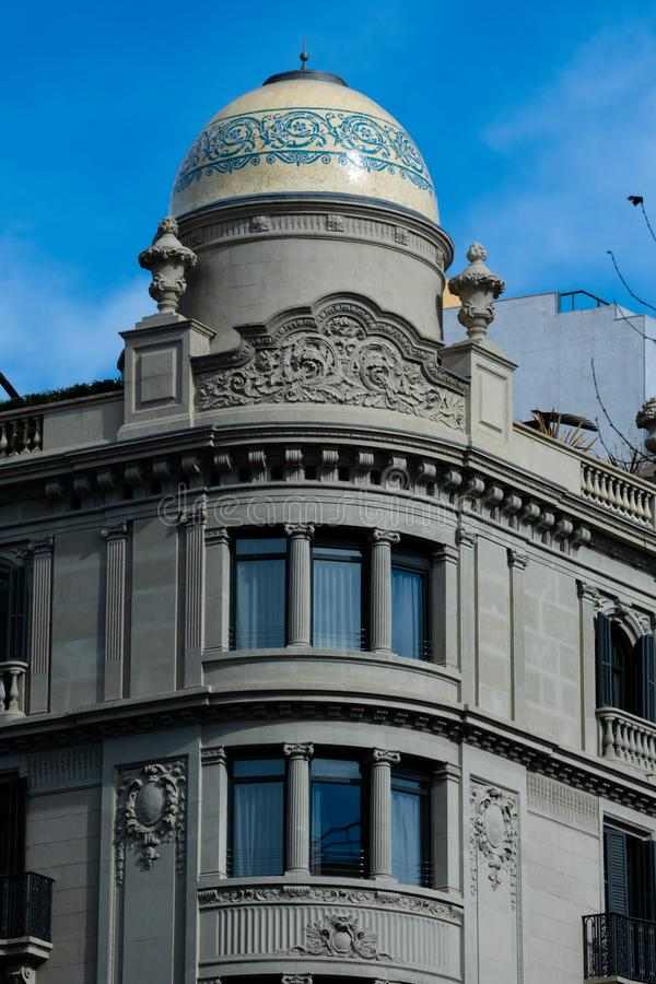 Gammal byggande fasad på Passeig de Gracia Avenue arkivfoton