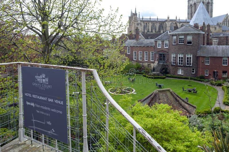 Gammal byggnad av Grays den domstolhotellet och restaurangen i den gamla staden som ses från York stadsväggar i stad av York, Eng royaltyfri fotografi