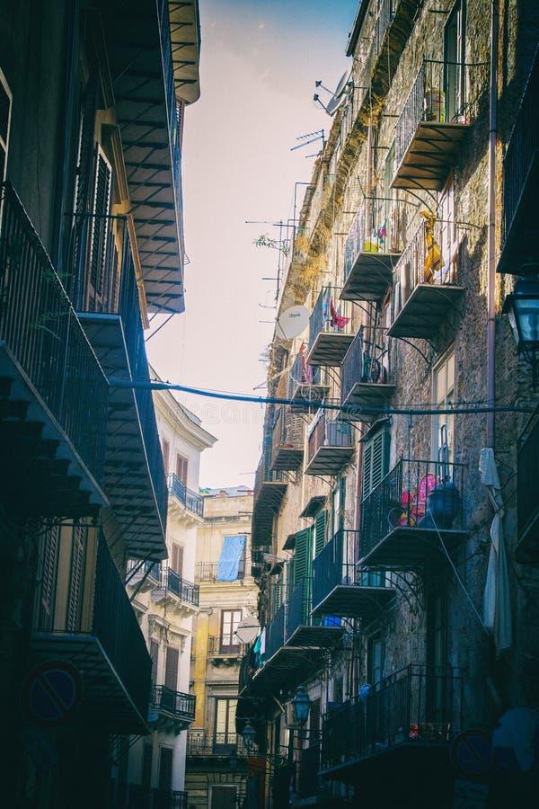 Gammal byggnad för hus i Palermo, Sicilien, Italien arkivfoton