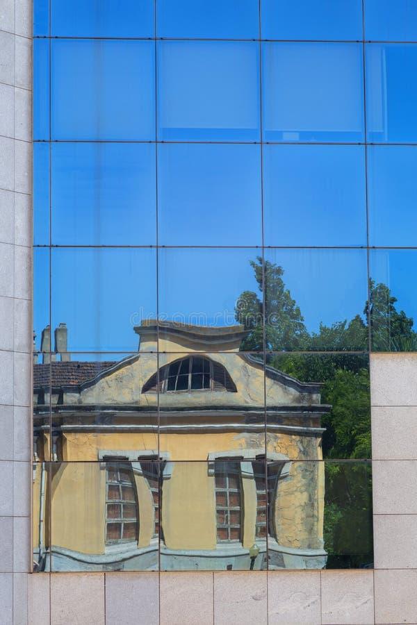 Gammal byggnad för reflexion i glasvägg royaltyfri foto