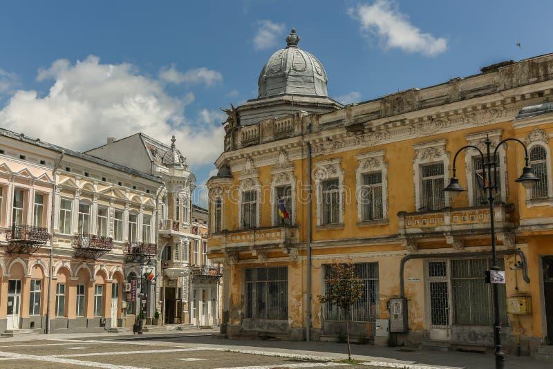 Gammal byggnad i den gamla mitten av staden Botosani fotografering för bildbyråer