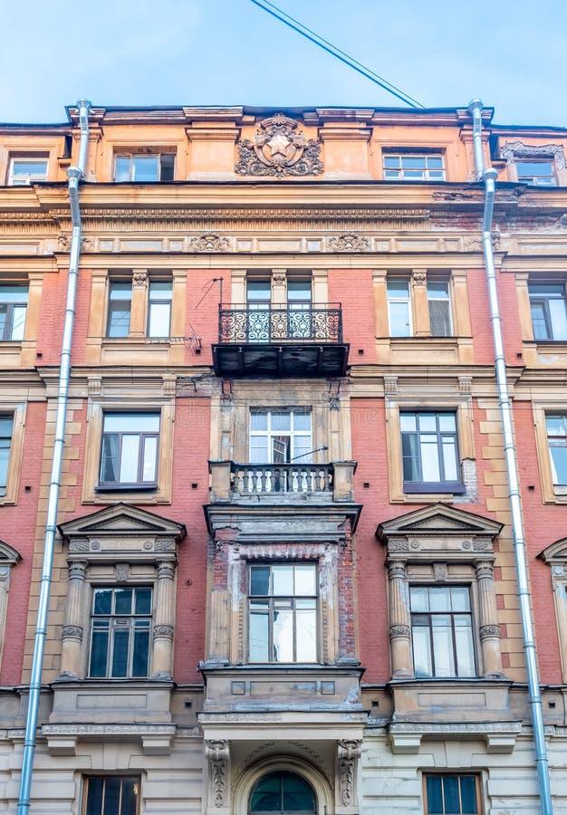Gammal byggnad i St Petersburg, Ryssland royaltyfri bild