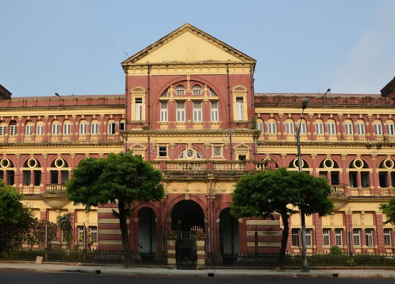 Gammal byggnad i Yangon arkivbild