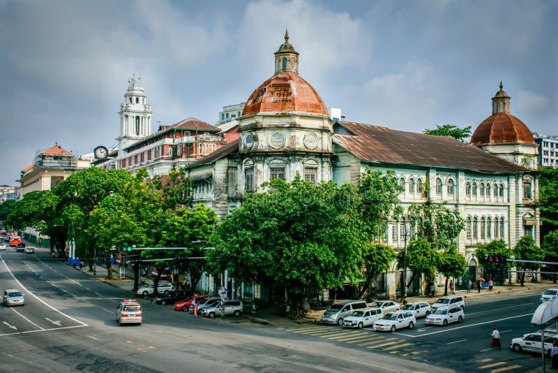 Gammal byggnad i Yangon, Myanmar royaltyfria bilder