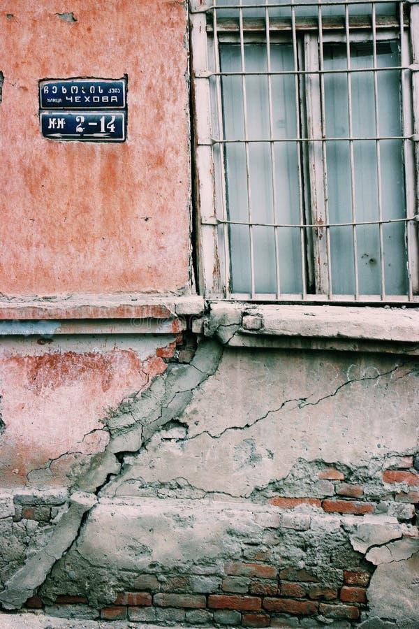 Gammal byggnad med att smula fasaden i Tbilisi, Georgia royaltyfri fotografi