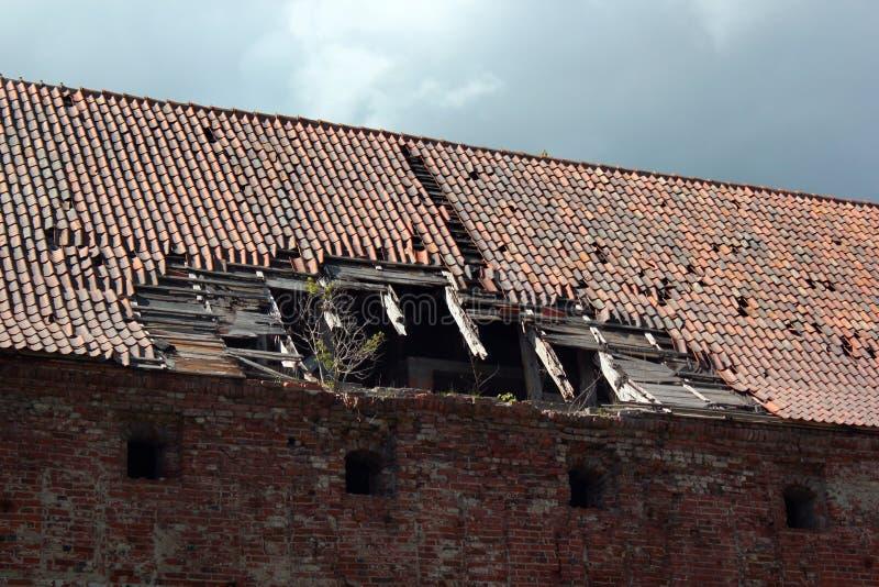 Gammal byggnad med det brutna taket royaltyfri bild
