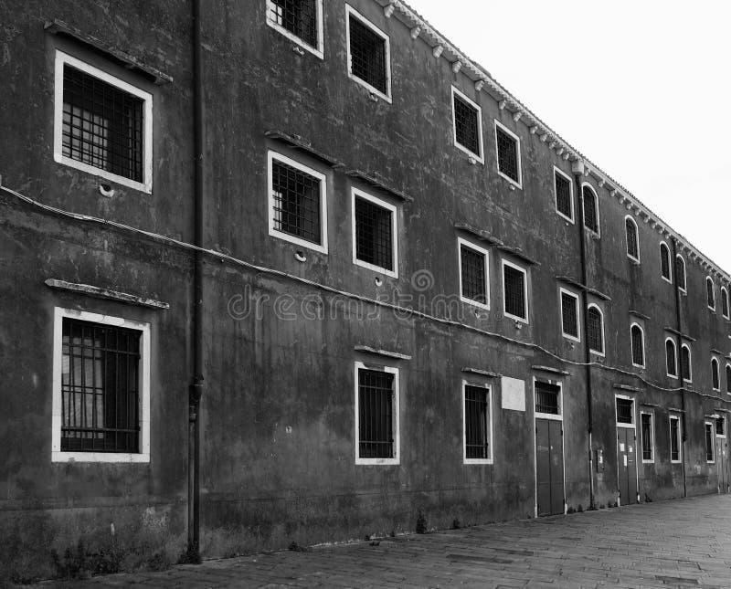 Gammal byggnad med fyrkantiga fönster i venice royaltyfria foton
