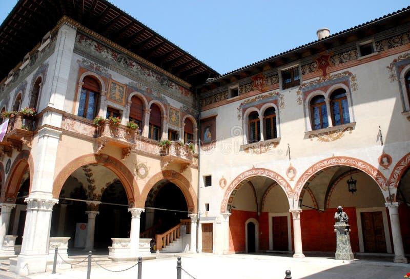 Gammal byggnad med gallerier och frescoes i Rovereto i landskapet av Trento (Italien) arkivbild