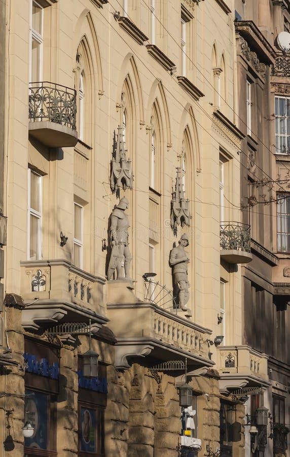 Gammal byggnad med materialet till byggnadsställning i Lviv arkivfoton