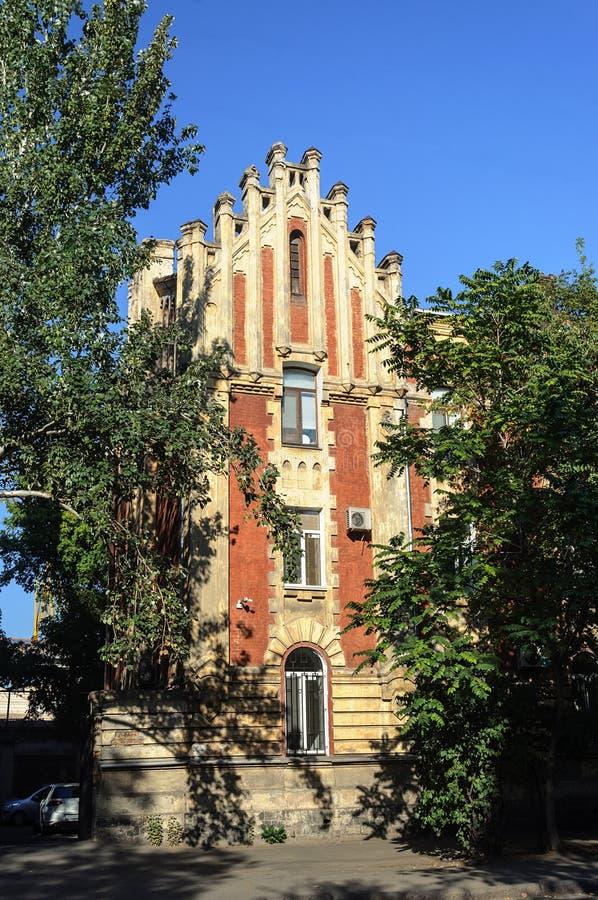Gammal byggnad på den Primorskaya gatan i Odessa royaltyfria foton