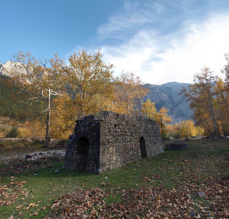 Gammal byggnad till naturliga Belemedik parkerar från Adana, Turkiet arkivbild
