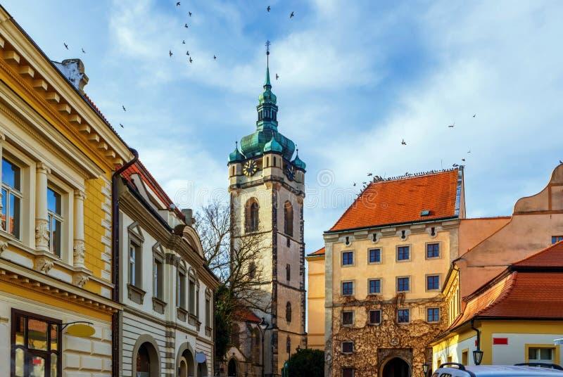 Gammal byggnader och kyrka i Melnik, Tjeckien arkivfoton