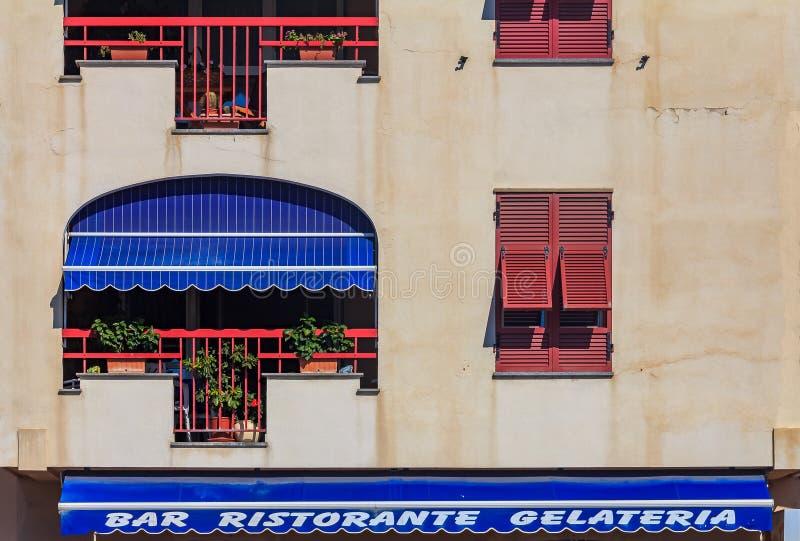 Gammal byggnadsfasad i Ventimiglia i den Liguria regionen av Italien arkivbilder